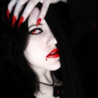 Вампирша брюнетка